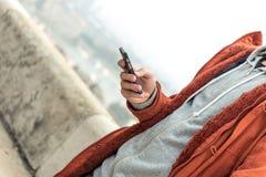 Mandando un sms sul cellulare fotografia stock libera da diritti