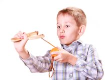 Mandarín joven del lanzamiento del tiro de honda del uso del muchacho Fotografía de archivo libre de regalías