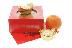 Mandarín, lingotes del oro y torta china del Año Nuevo Imagen de archivo libre de regalías