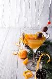 Mandarín martini en un vidrio del Año Nuevo Imágenes de archivo libres de regalías