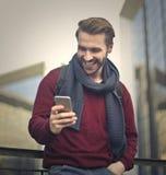 Mandare un sms è divertente immagine stock