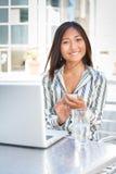Mandare un sms asiatico allegro della donna di affari Fotografia Stock