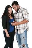 Mandare un sms delle coppie Fotografie Stock Libere da Diritti