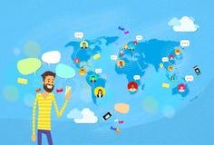 Mandare un sms di chiacchierata dell'uomo, mappa di mondo di concetto di comunicazione della rete sociale royalty illustrazione gratis