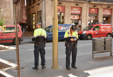 Mandare un sms di due poliziotti Immagine Stock