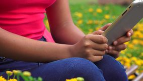 Mandare un sms femminile facendo uso della compressa video d archivio