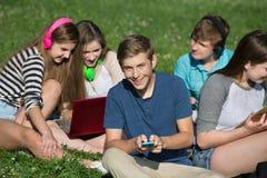 Mandare un sms teenager maschio Fotografia Stock