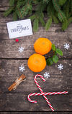 Mandarijn, kaneel en Kerstmisballen op de achtergrond van hout Stock Afbeeldingen