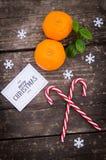 Mandarijn, kaneel en Kerstmisballen op de achtergrond van hout Stock Foto