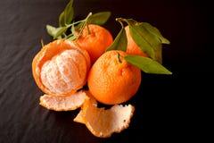 Mandarijn of mandarin fruit op zwarte achtergrond wordt geïsoleerd die Stock Fotografie