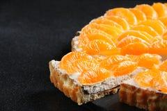 Mandarijn scherp op donkere achtergrond mandarin cake met zure room stock foto's