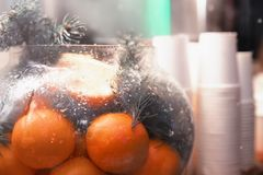 Mandarijnen in een glaskom en beschikbare koppen op de lijst royalty-vrije stock foto