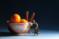 Mandarijnen en kaneel in een kom stock foto