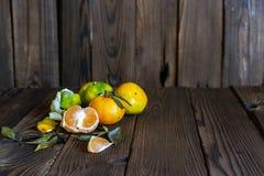 Mandarijnen, gepelde mandarijn en mandarijnplakken stock foto's