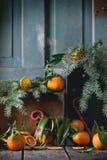 Mandarijnen in Kerstmisdecor stock afbeelding