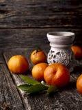 Mandarijnen op een houten achtergrond Etherische oliebrander met citrusvruchten stock afbeeldingen