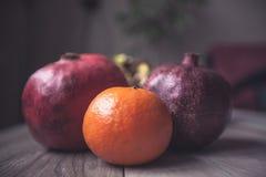 Mandarin för fruktRetro stil för trätabellgranater Royaltyfri Fotografi