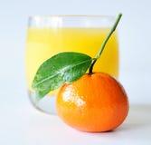 Mandarin met glas sap Stock Foto