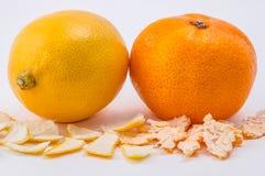 Mandarin och citron på vit bakgrund Arkivfoto