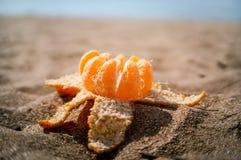 Mandarin op het strandzand Royalty-vrije Stock Afbeelding