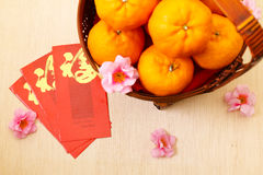 Mandarin oranges in basket with Chinese New Year red packets - Series 2 Royalty Free Stock Photos