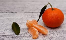 Mandarin på en trätabell Royaltyfria Foton