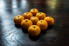 Mandarin på trätabellen Royaltyfri Fotografi