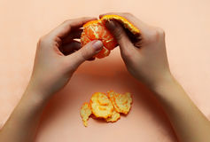 Mandarin peeling hand Royalty Free Stock Photography