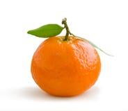 Mandarina aislada en blanco imagen de archivo