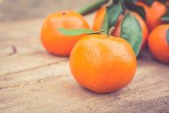 Mandarina en la tabla de madera Fotos de archivo