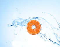 Mandarina fresca subacuática en el fondo blanco Foto de archivo