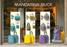 Mandarina kaczki torby mody sklep w Włochy fotografia stock