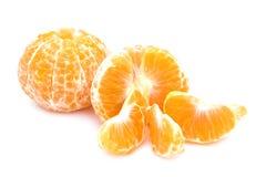 Mandarinas aisladas Colección de frutas enteras de la mandarina o de la clementina y de segmentos pelados aislada en el fondo bla Foto de archivo libre de regalías