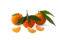 Mandarinas aisladas en el fondo blanco con la trayectoria de recortes Imagenes de archivo