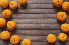 Mandarinas amarillas en la tabla de madera rústica Naranjas maduras en la opinión de sobremesa Fotografía de archivo libre de regalías