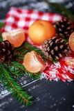 Mandarinas con la decoración de la Navidad en fondo de madera rústico Mandarinas con la picea Decoración de la Navidad Foto de archivo