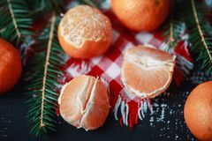 Mandarinas con la decoración de la Navidad en fondo de madera rústico Mandarinas con la picea Decoración de la Navidad Imágenes de archivo libres de regalías