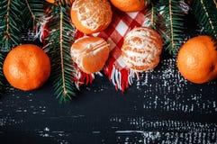 Mandarinas con la decoración de la Navidad en fondo de madera rústico Mandarinas con la picea Decoración de la Navidad Imagenes de archivo