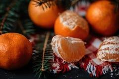 Mandarinas con la decoración de la Navidad en fondo de madera rústico Mandarinas con la picea Decoración de la Navidad Fotos de archivo