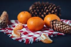Mandarinas con la decoración de la Navidad en fondo de madera rústico Mandarinas con la picea Decoración de la Navidad Imagen de archivo