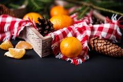 Mandarinas con la decoración de la Navidad en fondo de madera rústico Mandarinas con la picea Decoración de la Navidad Fotografía de archivo