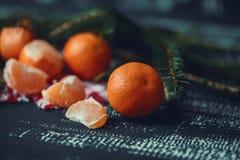 Mandarinas con la decoración de la Navidad en fondo de madera rústico Mandarinas con la picea Decoración de la Navidad Fotos de archivo libres de regalías