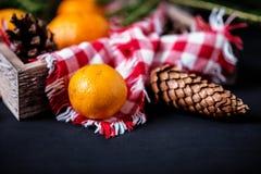 Mandarinas con la decoración de la Navidad en fondo de madera rústico Mandarinas con la picea Decoración de la Navidad Fotografía de archivo libre de regalías