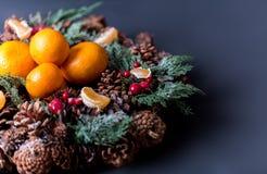 Mandarinas con la decoración de la Navidad en fondo de madera rústico Mandarinas con la picea Decoración de la Navidad Foto de archivo libre de regalías