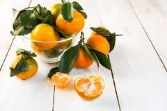 Mandarinas con las hojas verdes imagen de archivo libre de regalías