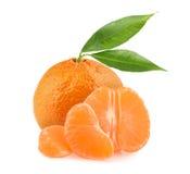 Mandarinas con las rebanadas aisladas en el fondo blanco Fotos de archivo