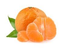 Mandarinas con las rebanadas aisladas en el fondo blanco Fotografía de archivo
