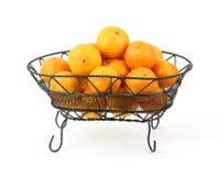 Mandarinas de la cesta del hierro labrado Foto de archivo libre de regalías
