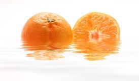 Mandarinas dentro del agua fotos de archivo