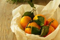 Mandarinas en cocinar horizontal de papel Foto de archivo libre de regalías